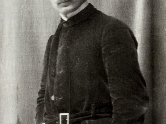 A portrait photograph of Gibran himself, taken around 1909 or 1910
