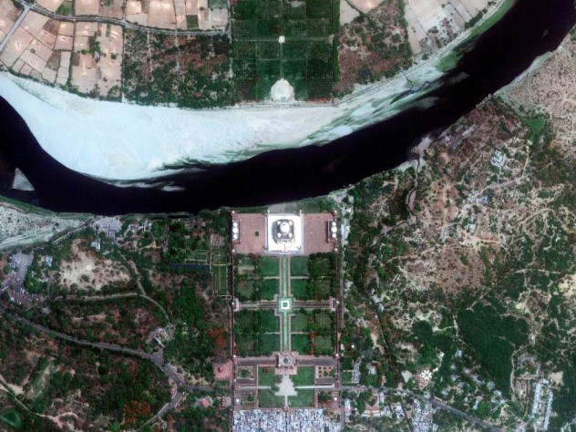 A satellite view shows the main monument at the center, with the gardens in front (bottom) and the Yamuna River behind (top). Few visitors realize that there is another garden across the river. The Mehtab Bagh, or Moonlight Garden, contained an octagonal pool that reflected an image of the monument; historians believe the garden, now mostly in ruins, was designed as a viewing place for the monument.