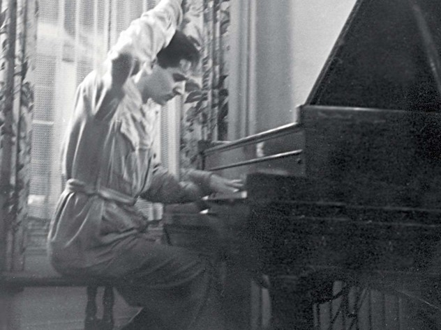 Dramatic even in his student days: Leonard Bernstein at the piano in 1936