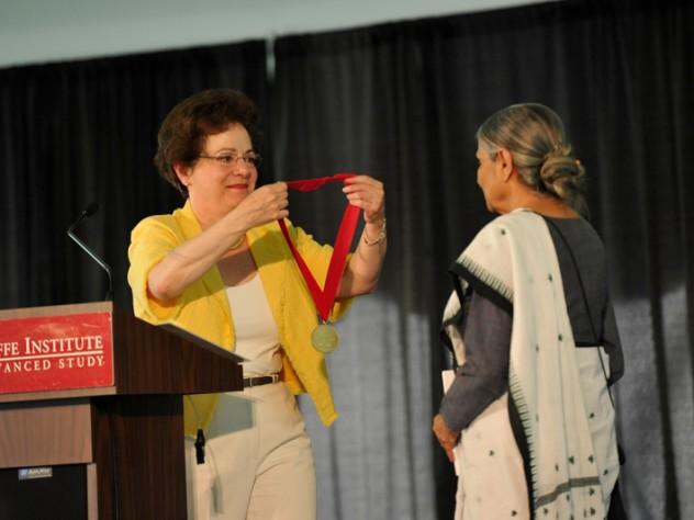 Ela Bhatt receives the Radcliffe Medal from Dean Barbara Grosz.