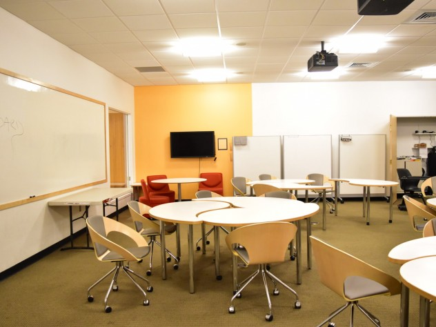 Room B-30 in Lamont Library is a collaborative learning space featuring dual overhead projection and moveable furnishings.
