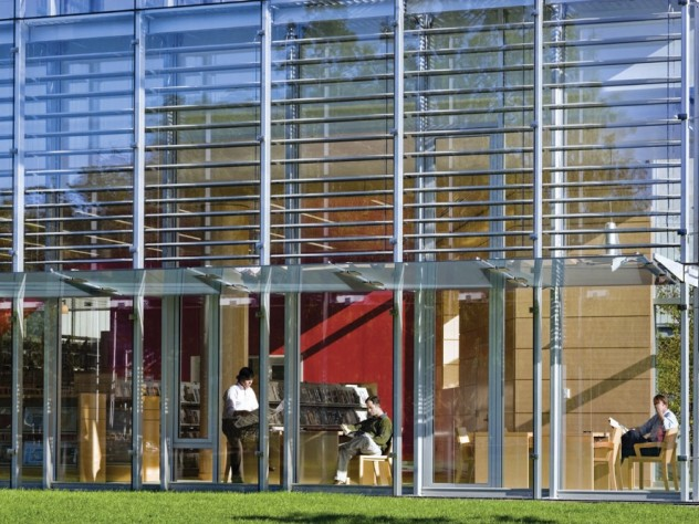 A double-skinned glass wall achieves year-round energy efficiency.
