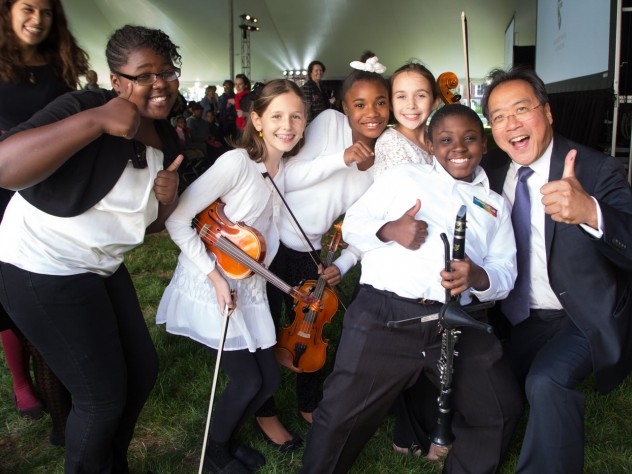 Ma strikes a pose with the student musicians.