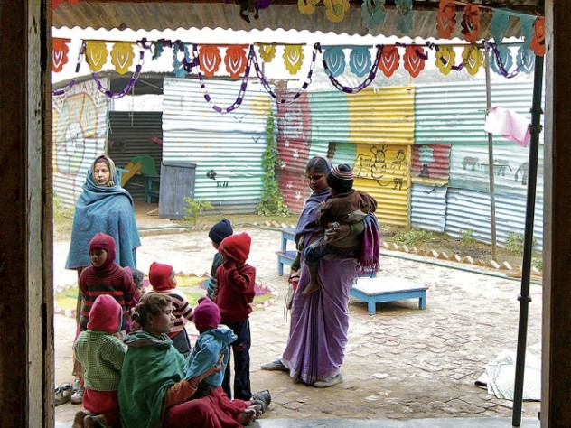 At a childcare center on a construction site in Gurgaon, near Delhi, children of construction workers receive more than just supervision: the center, operated by the NGO Mobile Crèches, provides education, food, and healthcare.