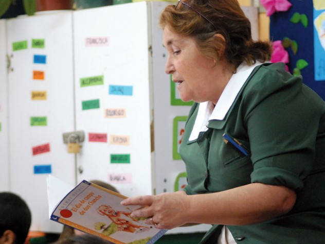 Teacher Patricia Pérez reads to her students, using the method she learned in UBC: stopping to ask the students questions about the plot, and focusing on new vocabulary at the end.
