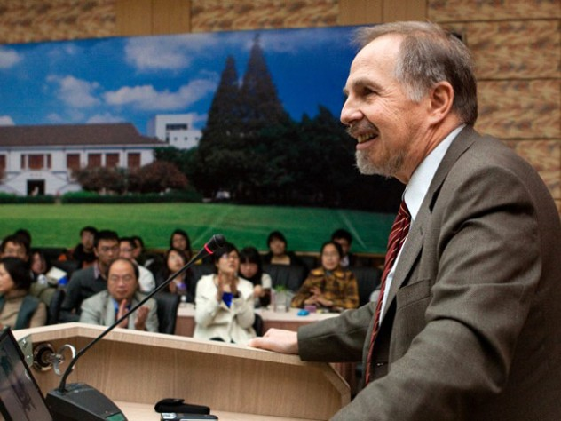Arthur Kleinman, Rabb professor of anthropology and professor of medical anthropology, lectured at Fudan University's Contemporary Anthropology Forum.